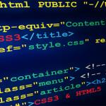 codice html su sfondo blu formattato